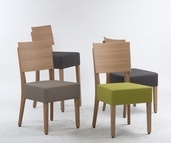 Kantinenstühle Milia, Holzstuhl mit Gestell aus Massivholz