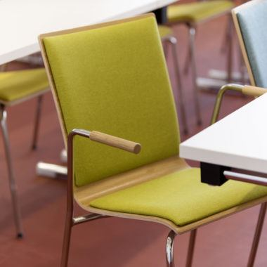 Kantinenstühle Holzsitzschale ergonomisch Armlehnen Polsterung Stahlrohrgestell