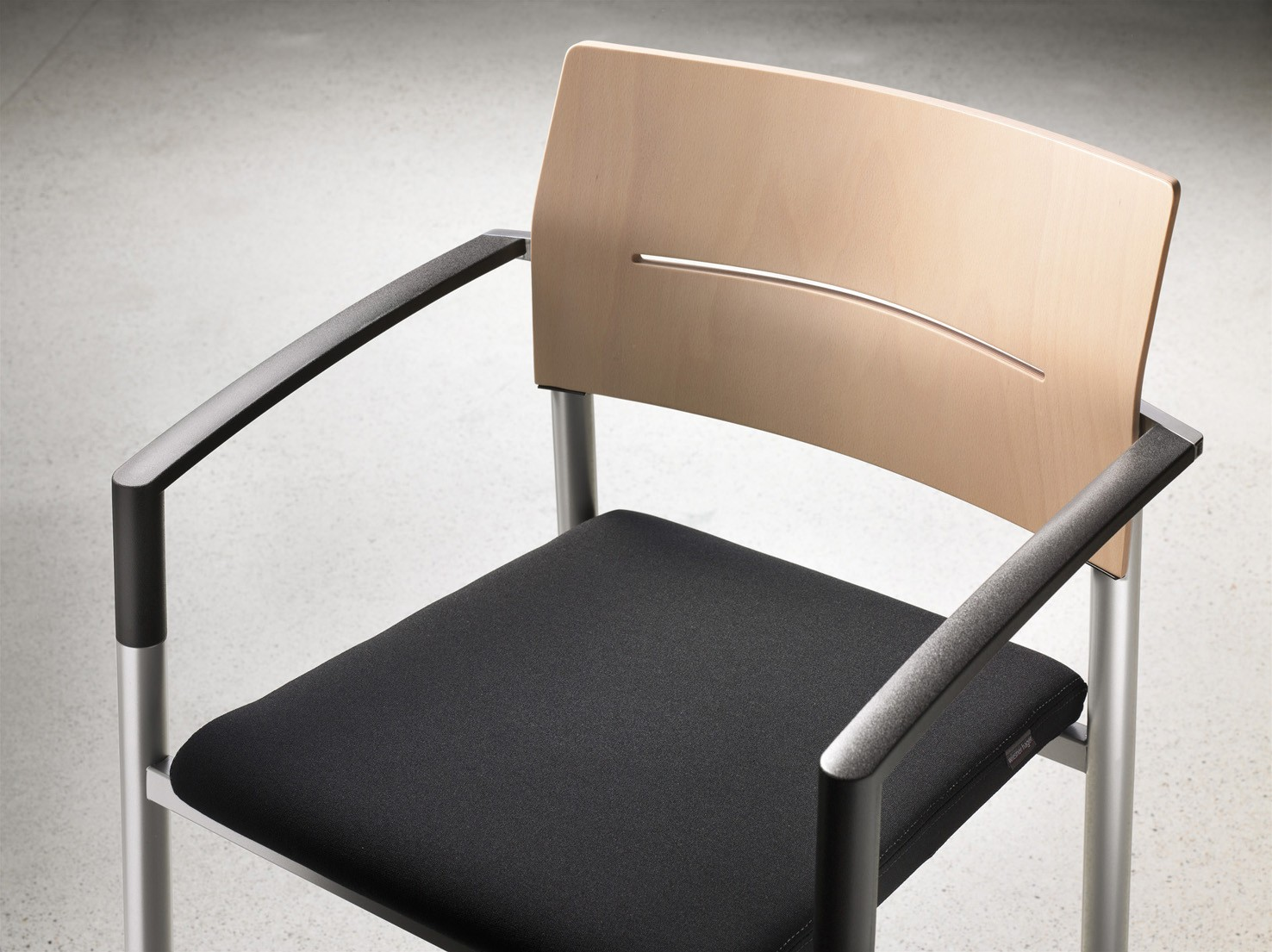 Kantinenstuhl aluform, Rückenlehne mit Designfräsung