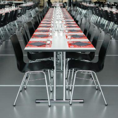 Kantinenstühle mit Holzschale und Stahlgestell schwarz ungepolstert