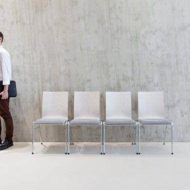 Kantinenstühle mit Holzschale und Stahlgestell weiss gebeizt grau gepolstert verchromt
