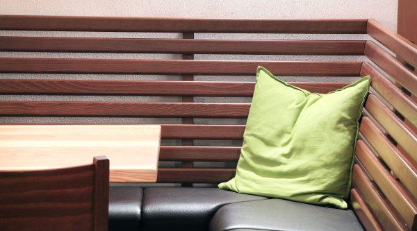 Stollenbank Ecklösung Sitzplatte umpolstert Leder Kunstleder Stoffbezug Kantineneinrichtung