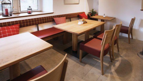 Kantineneinrichtung runde Holzsäulentische Kantinenmöbel Kantinenausstattung