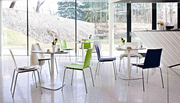 Holzschalenstühle update bistro mit Säulentischen für die Kantine