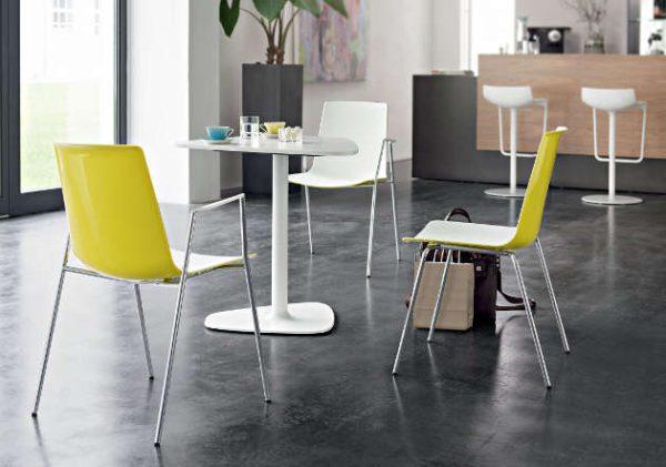 Kunststoffschalenstuehle weiss gelb Kantinenstühle stabil robust pflegeleicht Kantinenmoebel