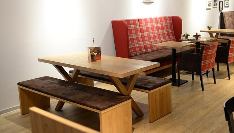 Kantinentische mit Holzgestell in X Form, robust und pflegeleicht